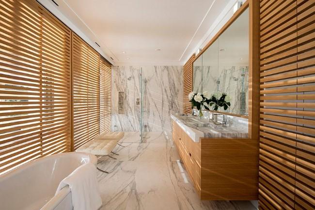 Современная ванная со стенами и полом из полированного мрамора.