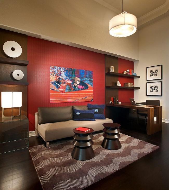 Бежевые и красные обои в интерьере современного черно-белого домашнего офиса.