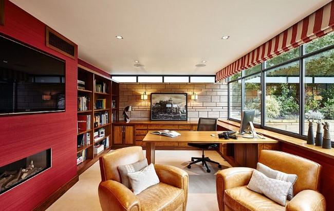 Стильные красные обои с горизонтальными полосами на стенах просторного домашнего кабинета.