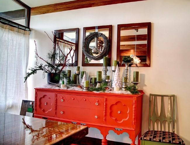 Зеркала и яркая деревянная мебель в просторной столовой частного дома.