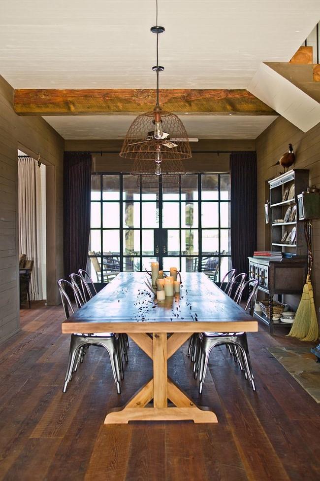 Стильная столовая в деревенском стиле с минималистической люстрой.