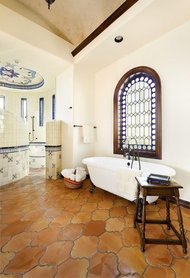 Матовая терракотовая плитка в интерьере ванной в средиземноморском стиле.