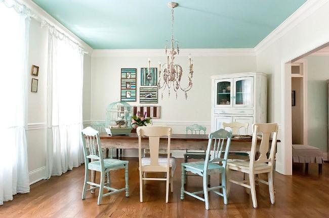 Голубая и белая ретро-мебель в интерьере столовой шебби шик.