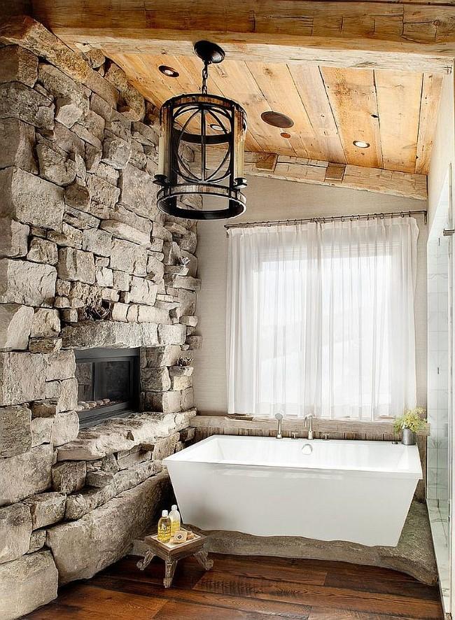 Стильная ванная комната в деревенском стиле с каменной стеной и встроенным камином.