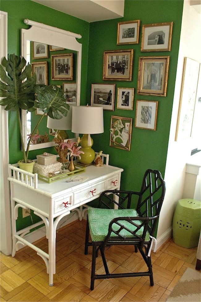 Уютный домашний кабинет в экостиле с зелеными яркими стенами, живыми растениями и белой деревянной мебелью.