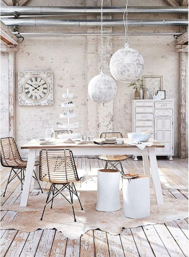 Состаренная мебель и предметы декора в интерьере кухни-столовой в частном доме.