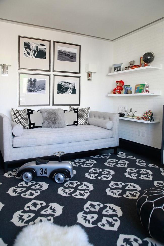 Черно-белая классическая гостевая-игровая комната с компактным раскладным диваном.