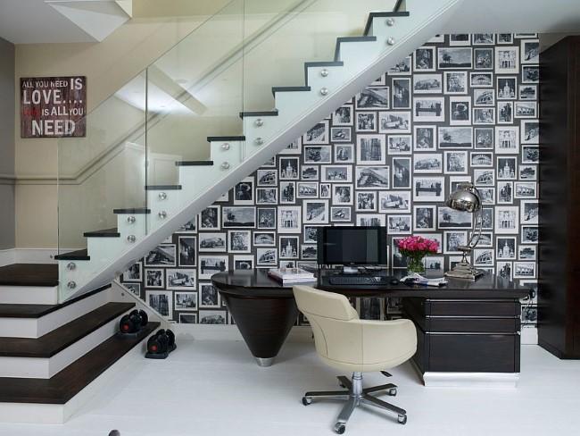 Стильный черно-белый кабинет в просторном холле частного особняка.