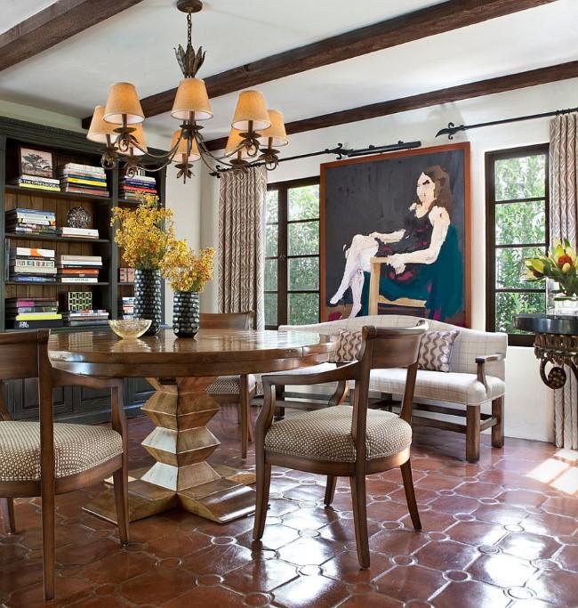 Столовая в испанском стиле с терракотовой блестящей плиткой и классической мебелью.