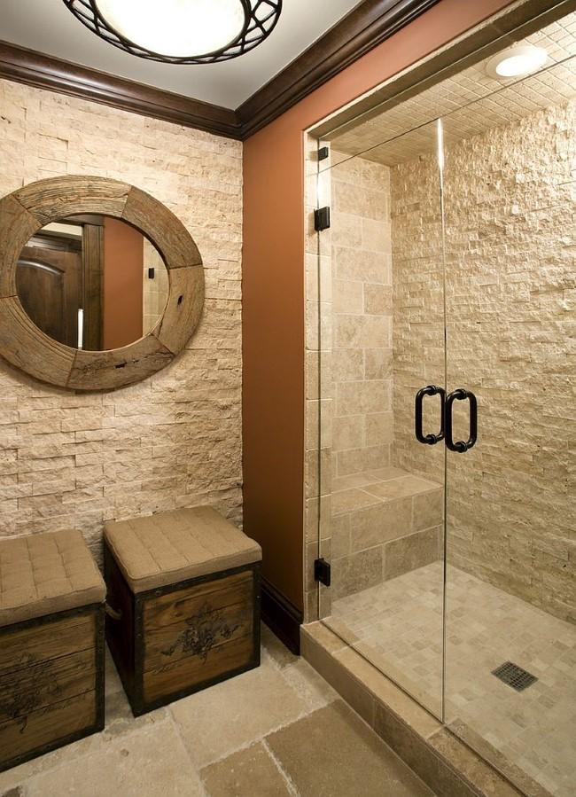 Грубая каменная кладка и натуральное дерево в интерьере классической ванной комнаты.