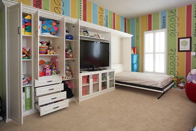 Стильная гостевая-игровая комната с кроватью Мёрфи и удобными шкафами.