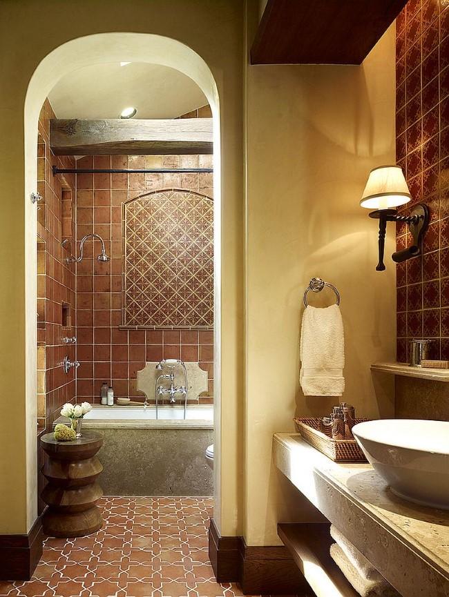 Средиземноморская ванная комната с терракотовой и керамической плиткой.