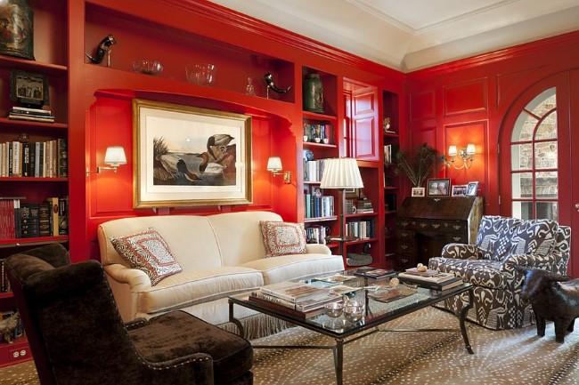 Красные деревянные панели и встроенные книжные полки в интерьере стильного кабинета.