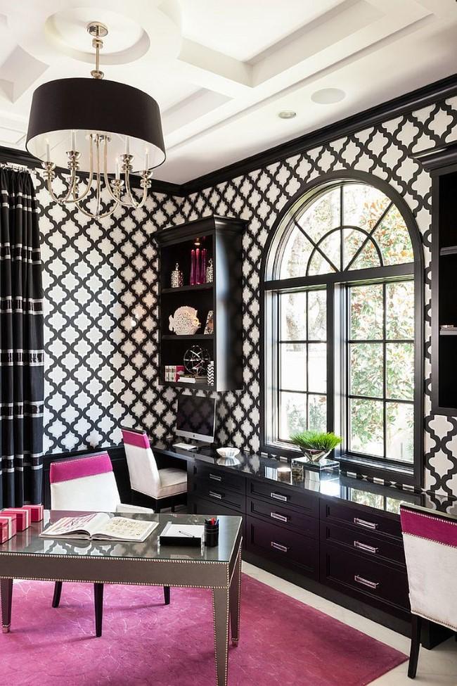 Черно-белый классический домашний кабинет с розовыми аксессуарами и мебелью.