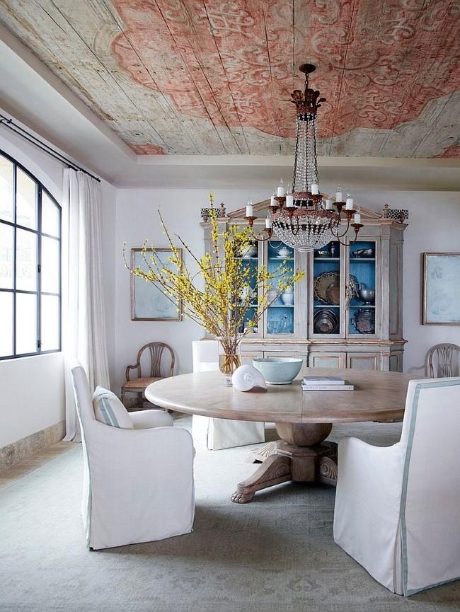 Просторная светлая столовая с элементами классического стиля и шебби шик.