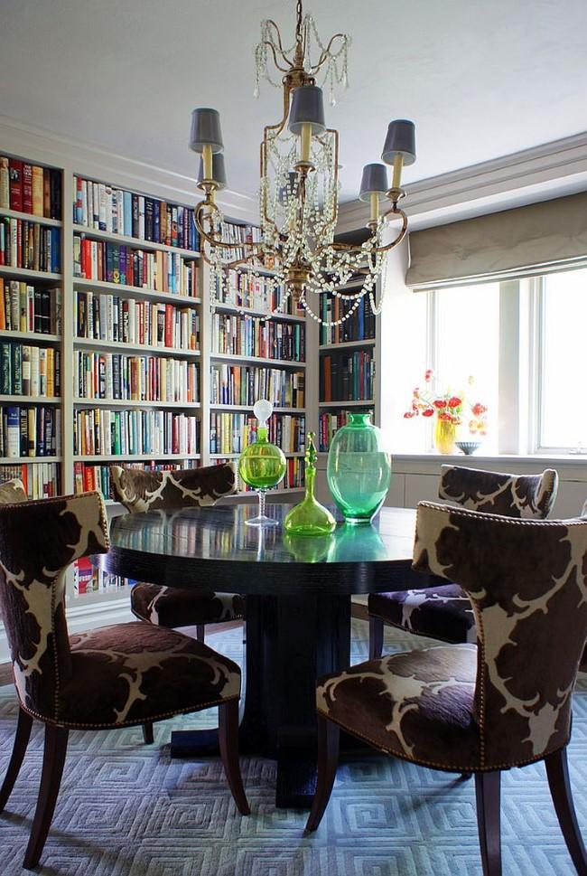 Столовая-библиотека с изысканной мебелью и предметами декора.