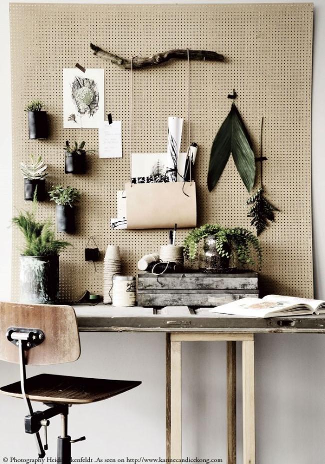 Стильная настенная композиция из растений и рисунков в кабинете в экостиле.