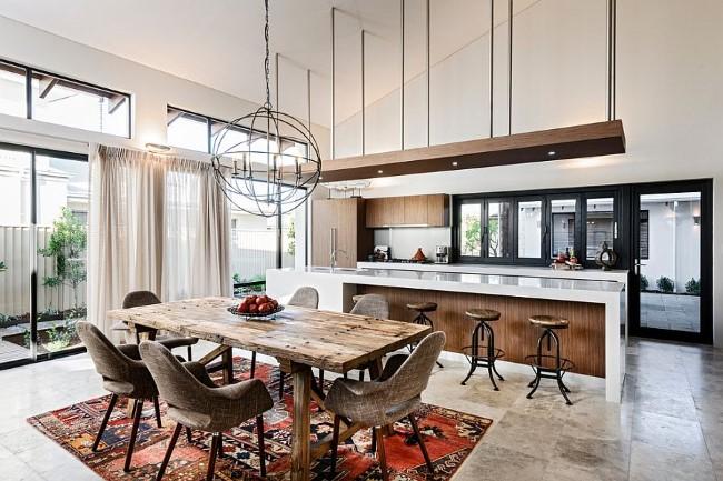 Стильная кухня-столовая в деревенском стиле с узорчатым ковровым покрытием.