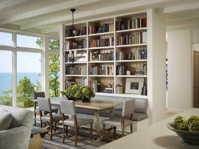 Массивный книжный шкаф в качестве перегородки между гостиной и столовой.
