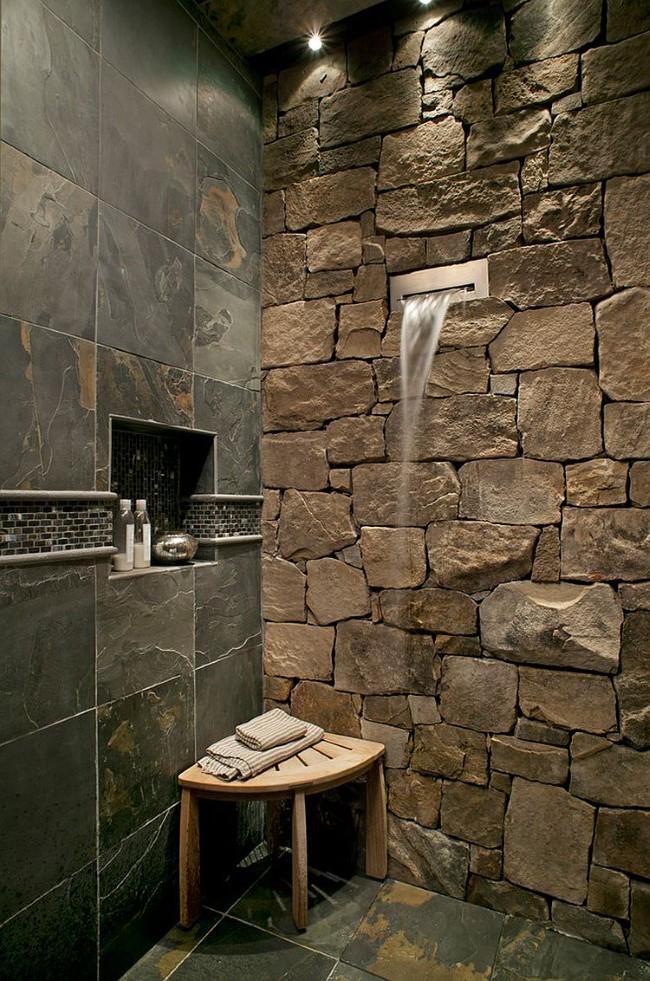 Необычная душевая кабинка в минималистическом стиле с каменными стенами и плитами.