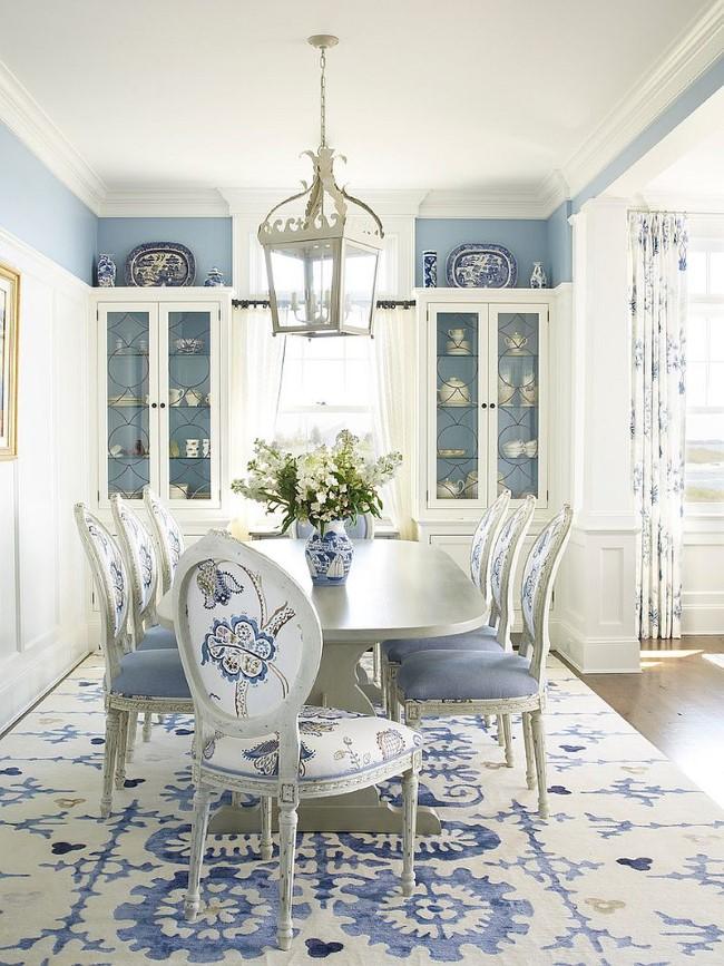 Стильный бело-синий узорчатый ковер в интерьере гостиной-столовой в морском стиле.