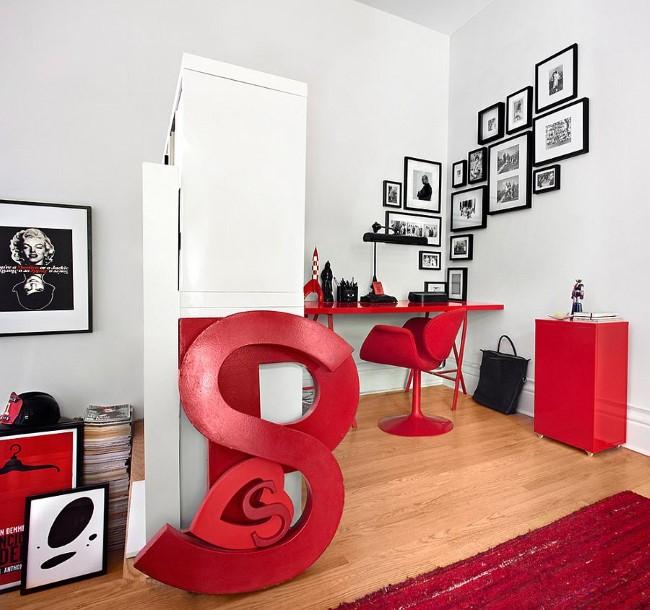 Стильные красные аксессуары и яркая красная мебель в интерьере домашнего кабинета.