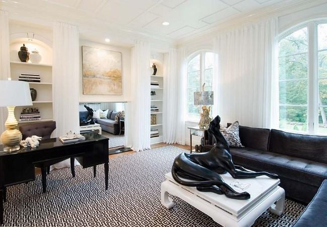 Элегантный домашний кабинет в классическом стиле с черно-белыми и бежевыми элементами.