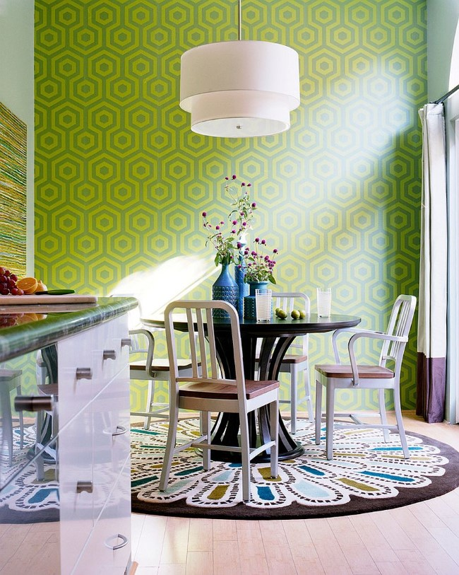 Овальное разноцветное ковровое покрытие в интерьере стильной гостиной-столовой.