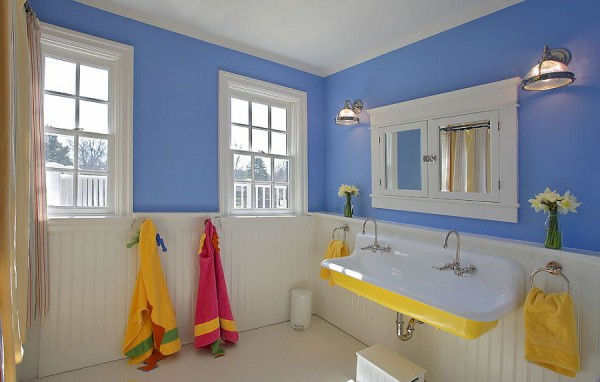 Сине-белая ванная с желтой раковиной