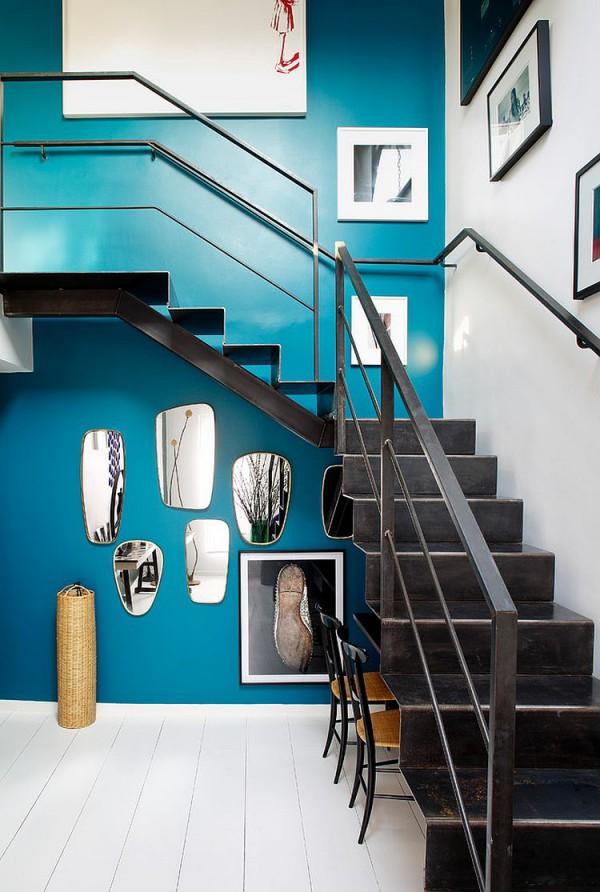 Необычный зеркальный коллаж под лестницей