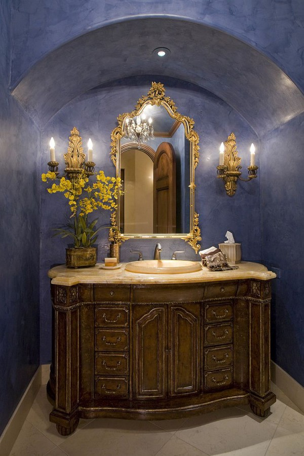 Яркая синяя ванная с золотистыми штрихами
