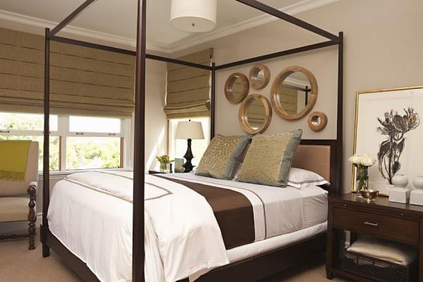 Элегантное украшение стены в спальне зеркалами