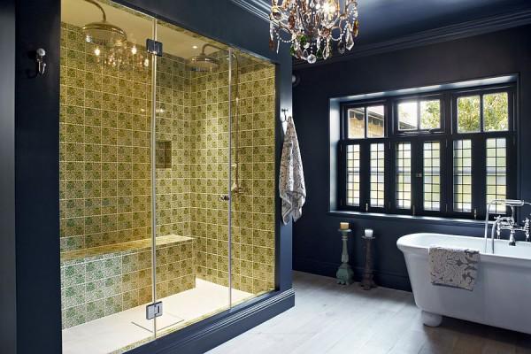 Восхитительная ванная в синем цвете с желтой душевой зоной