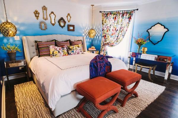 Модная спальня с сияющим коллажем из зеркал