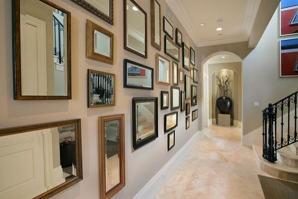 Стена-галерея с прямоугольными зеркалами