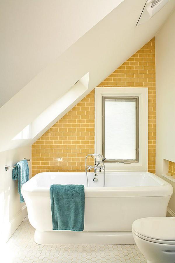 Великолепный желтый и бирюзовый придают ванной пляжный стиль