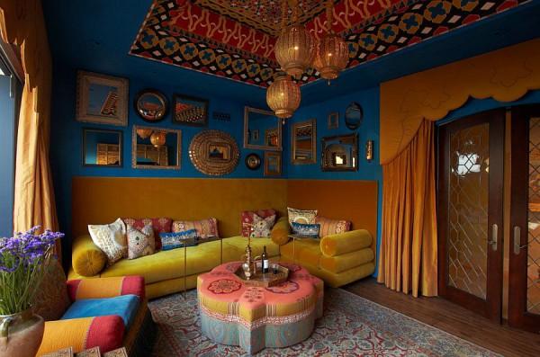 Комната в средиземноморском стиле с зеркальным коллажем