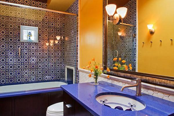 Современная ванная в средиземноморском стиле в ярких цветах