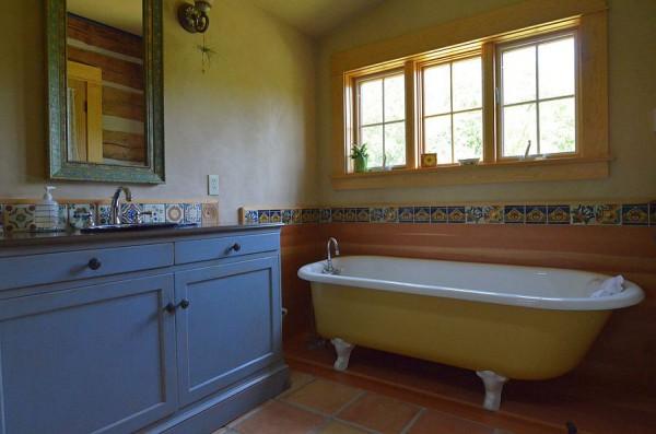 Ванная в природном стиле с желтой ванной и голубой раковиной