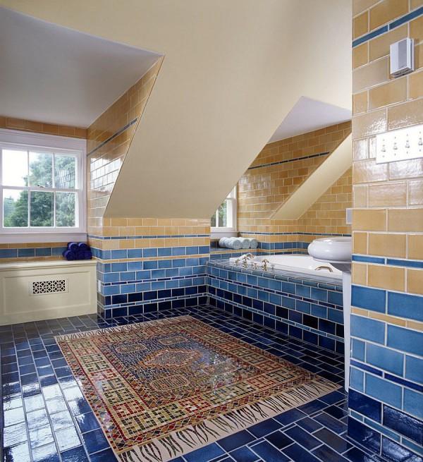 Плиточные стены разных оттенков синего и желтого