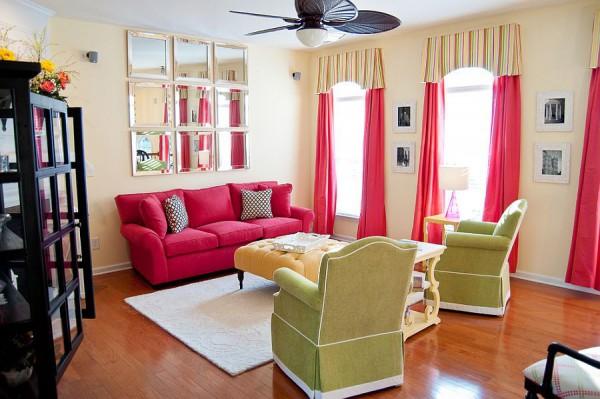 Традиционная гостиная в розовом и зеленом цвете