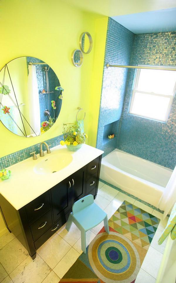 Желтый и синий идеально подходят для детской ванной
