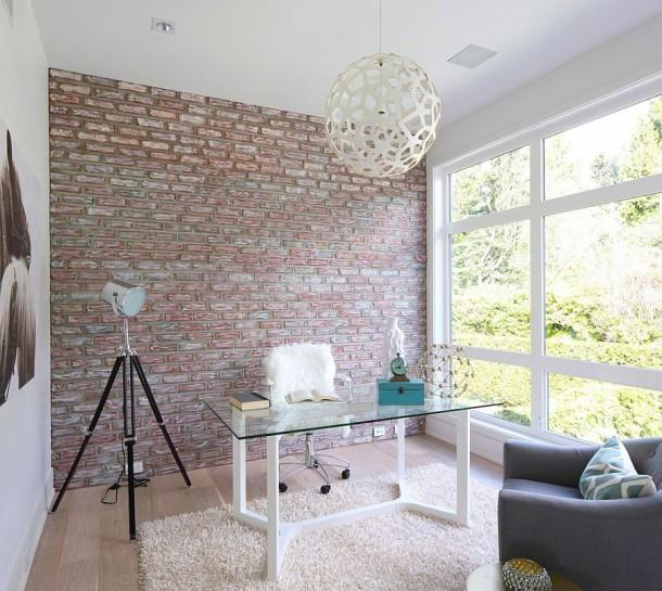 Простой способ привнести контраст в рабочий кабинет с помощью акцентной кирпичной стены