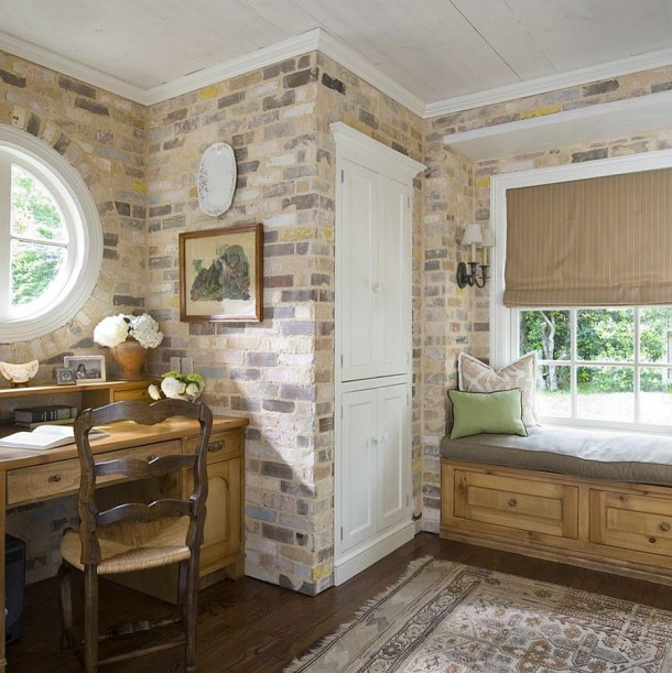 Античная кирпичная стена отлично вписывается в этот кабинет