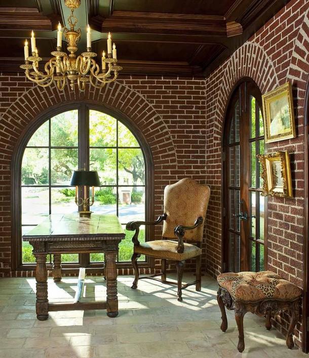 Окна-арки и кирпичные стены придают кабинету традиционный вид