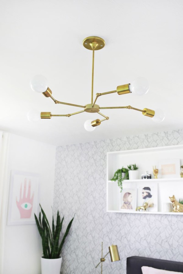 Металлический светильник в обеденном уголке блогера Элси Ларсон