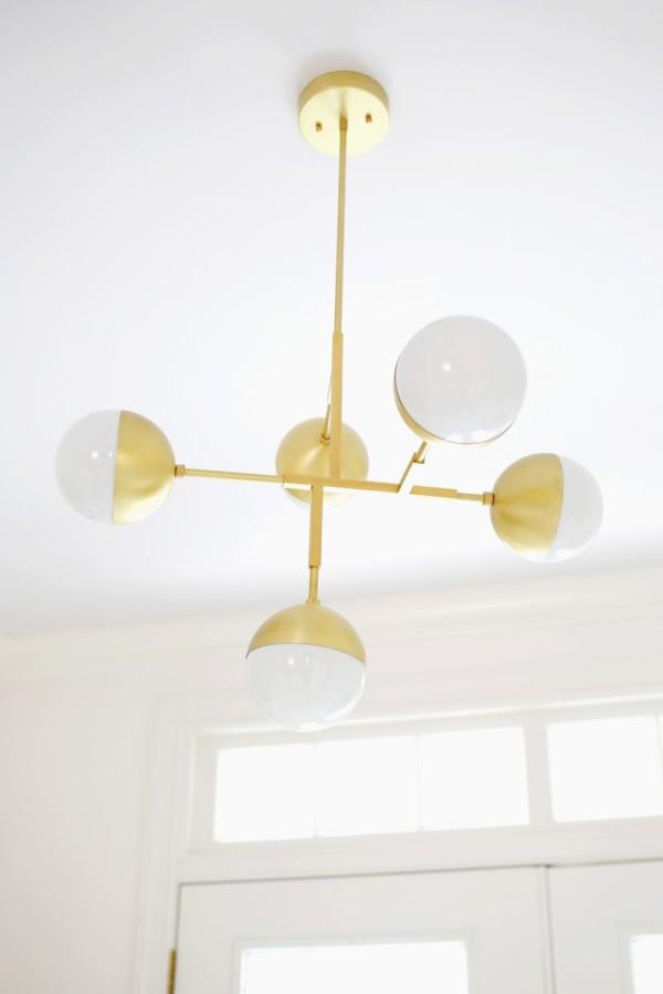 Металлическая люстра в преображении спальни
