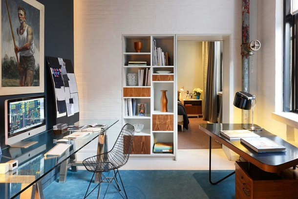 Темные и светлые стены создают визуальный контраст в домашнем кабинете