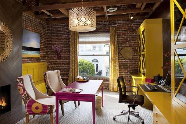 Эклектичный кабинет с голыми кирпичными стенами, полный цвета и творчества