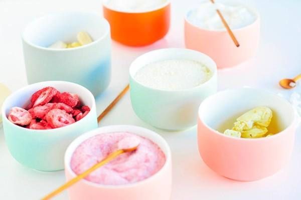 Окрашенный фруктами сахар в разноцветных чашках